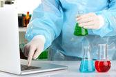 Données entrée scientifique sur ordinateur portable avec tube à essai bouchent — Photo
