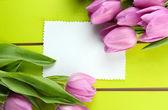 Красивый букет фиолетовые тюльпаны и заглушку на зеленом фоне деревянные — Стоковое фото
