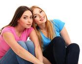 Twee vriendinnen glimlachend geïsoleerd op wit — Stockfoto