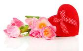 Rosa tulpen und geschenk-box, isoliert auf weiss — Stockfoto