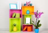 Piękne kolorowe półki z różnych obiektów związanych z domu — Zdjęcie stockowe