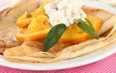 ナプキンのクローズ アップのオレンジとパンケーキ — ストック写真