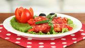 Salame rotola sul piatto bianco su sfondo luminoso — Foto Stock
