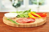Zutaten für die Zubereitung von Salami Brötchen auf hellem Hintergrund — Stockfoto