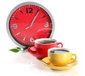 カップ コーヒー、白で隔離されるクロック — ストック写真