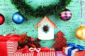Hnízdící box a Vánoční dekorace na modrém pozadí — Stock fotografie