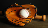 野球のグローブ、バット、暗い背景上のボール — ストック写真