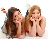 Duas amigas sorrindo isolado no branco — Foto Stock