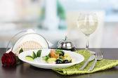 Smakelijke avocado salade in kom op houten tafel op restaurant achtergrond — Stockfoto