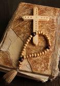 Bible, chapelet et croix sur close-up de table en bois — Photo