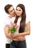 Liebespaar mit tulpen, die isoliert auf weiss — Stockfoto