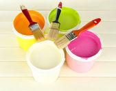Set voor het schilderen: verfpotten, borstels op witte houten tafel — Stockfoto