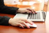 Mani femminili lavorando sul portatile, su sfondo luminoso — Foto Stock