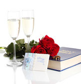 Anneaux de mariage sur la bible avec des roses et des verres de champagne isolé sur blanc — Photo