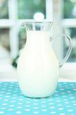 Džbán mléka na stole v pokoji — Stock fotografie