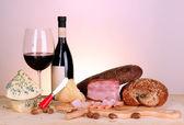 Enfes natürmort şarap, peynir ve et ürünleri — Stok fotoğraf