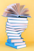 ベージュ色の背景上のスパイラル書籍 — ストック写真