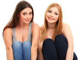 Dos amigas sonrientes aislados en blanco — Foto de Stock