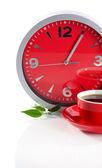 コーヒー カップと白で隔離されるクロック — ストック写真