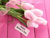 красивый букет из тюльпанов на день матери на розовом фоне деревянные — Стоковое фото