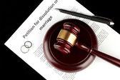 Jugement de divorce et un marteau en bois sur fond noir — Photo