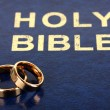 Wedding rings on bible — Foto de Stock