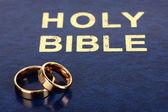 聖書の結婚指輪 — ストック写真
