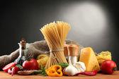 意大利面意粉、 蔬菜和香料,木桌上,灰色的背景上 — 图库照片