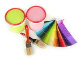 Malovat hrnce, štětce a barevné vzorníky izolované na bílém — Stock fotografie