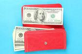 色の背景上の百のドル紙幣を財布 — ストック写真