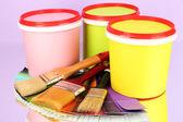 絵画のために設定: ペイント ポット、ブラシ、薄紫色の背景色のパレット — ストック写真