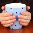 Hands holding mug of hot drink, close-up — Stockfoto
