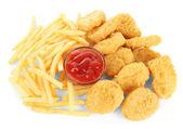Smažené kuřecí řízečky s hranolky a omáčkou izolovaných na bílém — Stock fotografie