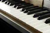 背景的钢琴键盘,密切了 — 图库照片