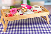 Oda arka plan üzerinde Sevgililer günü yatakta kahvaltı — Stok fotoğraf
