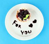 Torta dulce con salsa de moras y chocolate sobre la placa, en el fondo de color — Foto de Stock