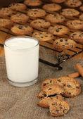 Biscuits au chocolat sur la cuisson avec le verre de lait se bouchent — Photo