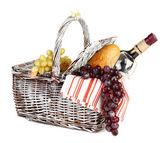 ブドウとワイン、白で隔離されるピクニック バスケット — ストック写真