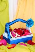 Cesta de casamento com pétalas de rosa — Foto Stock