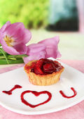 Sweet cake with strawberry and sauce on plate, with coffee, on bright background — Foto de Stock
