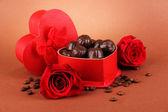 Caramelle di cioccolato in regalo, su sfondo marrone — Foto Stock
