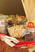 パスタ、スパイス、トマト木製のテーブルの種類 — ストック写真