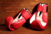 Guantes de boxeo sobre fondo de madera — Foto de Stock