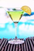 Vert cocktail avec de la chaux sur table sur fond clair — Photo