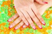 Primo piano delle mani della giovane donna con eleganza manicure su sfondo luminoso — Foto Stock
