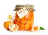 Mermelada de naranja con cáscara y mandarinas, aislados en blanco — Foto de Stock
