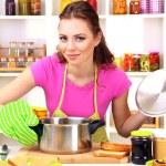 jonge vrouw koken in de keuken — Stockfoto #23523857