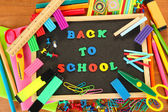 Malé tabuli se školou dodává na dřevěné pozadí. zpátky do školy — Stock fotografie