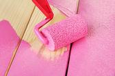 Rolki pędzel z farbą, na tle drewniane — Zdjęcie stockowe