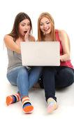 Iki kız arkadaş grubu ile üzerine beyaz izole laptop — Stok fotoğraf